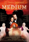 Medium - plakat ze spektaklu z obsadą